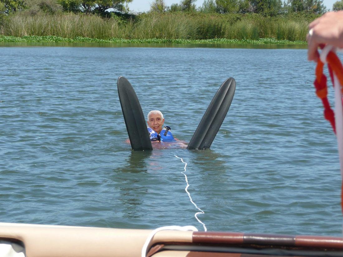 waterskiiing